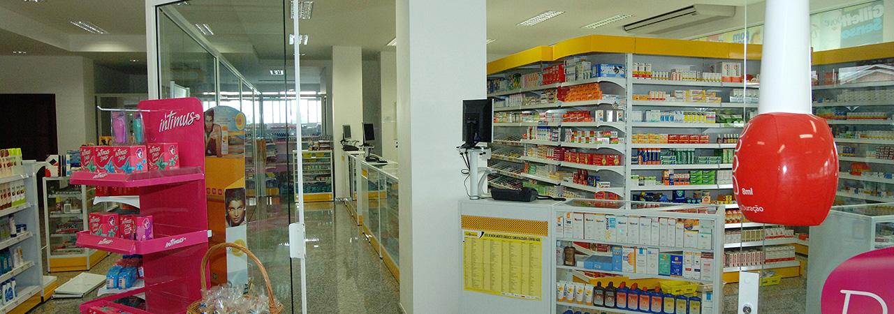 Vista interna farmácia Maxifarma - projeto de arquitetura para varejo